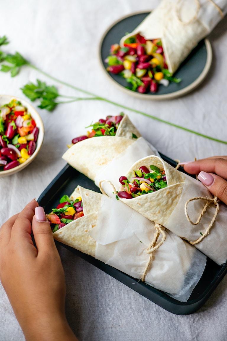 Probeer deze gezonde wrap met rode bonen salade van Miras Food